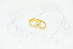 Alianças de casamento com coração das pérolas Imagens de Stock Royalty Free