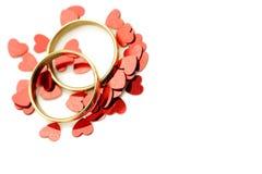 Alianças de casamento com corações vermelhos Imagem de Stock
