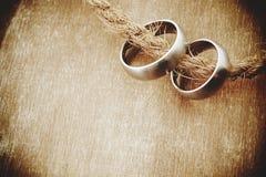 Alianças de casamento com fundo de madeira velho Fotografia de Stock