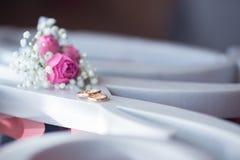 Alianças de casamento com o flowero no sighn fotografia de stock royalty free