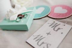 Alianças de casamento com um vintage dekorative Imagem de Stock