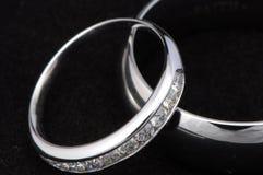 Alianças de casamento cruzadas Fotografia de Stock Royalty Free