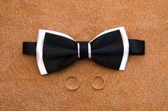Alianças de casamento da borboleta do laço Foto de Stock