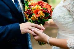 Alianças de casamento da troca em um casamento fotografia de stock royalty free