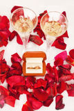 Alianças de casamento das pétalas cor-de-rosa Foto de Stock Royalty Free