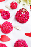 Alianças de casamento, decoração e ramalhete nupcial sobre o branco Foto de Stock Royalty Free