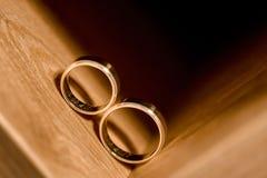 Alianças de casamento dentro do armário de madeira Fotos de Stock Royalty Free