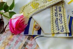 Alianças de casamento do casamento judaico e rosas cor-de-rosa Imagem de Stock Royalty Free