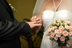 Alianças de casamento do desgaste dos noivos entre si foto de stock