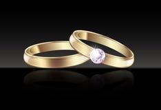Alianças de casamento do ouro do casamento com os diamantes no fundo preto Fotografia de Stock Royalty Free