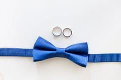 Alianças de casamento do ouro e bowtie do noivo Fotos de Stock Royalty Free