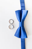 Alianças de casamento do ouro e bowtie do noivo Foto de Stock