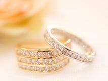 Alianças de casamento do ouro e da prata Imagens de Stock