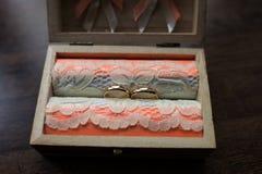 Alianças de casamento do ouro em uma caixa de madeira Imagens de Stock Royalty Free