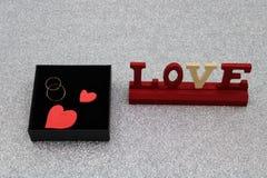 Alianças de casamento do ouro na caixa negra fotos de stock