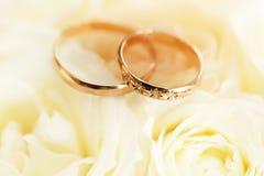 Alianças de casamento do ouro no ramalhete das flores para a noiva Fotografia de Stock Royalty Free