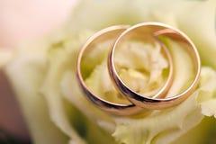 Alianças de casamento do ouro no ramalhete das flores para a noiva Imagem de Stock Royalty Free