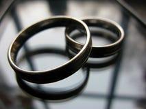 Alianças de casamento douradas brancas macro Fotografia de Stock