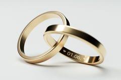 Alianças de casamento douradas isoladas com data 1 junho Fotos de Stock Royalty Free