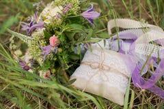 Alianças de casamento douradas no decorado pouco descanso Foto de Stock Royalty Free
