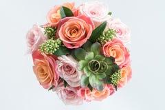 Alianças de casamento douradas no ramalhete bonito no cinza, alianças de casamento e flores Fotos de Stock Royalty Free