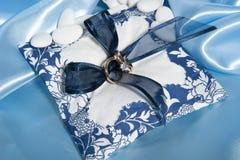 Alianças de casamento e acessórios no papel Fotos de Stock Royalty Free