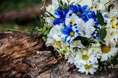 Alianças de casamento e fim bonito do ramalhete do casamento acima Imagem de Stock Royalty Free