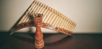 Alianças de casamento e flauta da bandeja imagem de stock
