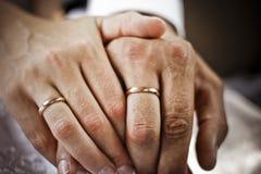 Alianças de casamento e mãos Foto de Stock Royalty Free