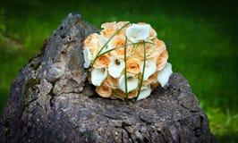 Alianças de casamento e ramalhete Imagens de Stock Royalty Free
