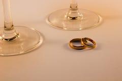 Alianças de casamento e vidros de vinho Fotos de Stock Royalty Free