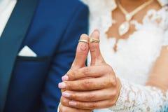 Alianças de casamento em conjunto Fotos de Stock Royalty Free