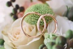 Alianças de casamento em flores bonitas Fotografia de Stock Royalty Free
