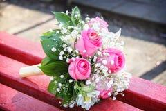 Alianças de casamento em um casamento fotografia de stock royalty free