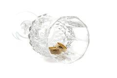 Alianças de casamento em um cristal Fotos de Stock Royalty Free