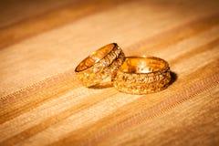 Alianças de casamento em um fundo amarelo Imagem de Stock Royalty Free