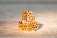 Alianças de casamento em um fundo amarelo Fotografia de Stock Royalty Free
