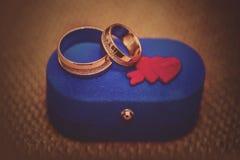 Alianças de casamento em uma caixa azul Imagem de Stock