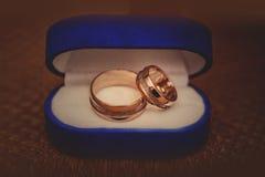 Alianças de casamento em uma caixa azul Foto de Stock