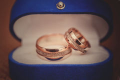 Alianças de casamento em uma caixa azul Fotos de Stock Royalty Free