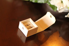 2 alianças de casamento em uma caixa branca Imagens de Stock