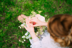 Alianças de casamento em uma caixa de madeira para anéis nas mãos do brid Imagem de Stock