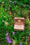 Alianças de casamento em uma caixa de madeira para os anéis feitos a mão Fotografia de Stock Royalty Free