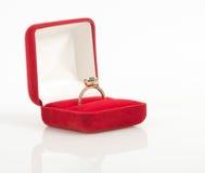 Alianças de casamento em uma caixa de presente Fotos de Stock Royalty Free