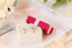 Alianças de casamento em uma caixa de presente Foto de Stock