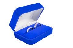 Alianças de casamento em uma caixa de presente no fundo branco Fotografia de Stock Royalty Free