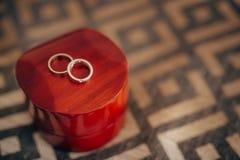 Alianças de casamento em uma caixa vermelha para anéis Imagens de Stock