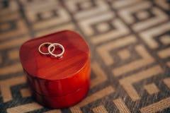 Alianças de casamento em uma caixa vermelha para anéis Fotos de Stock Royalty Free