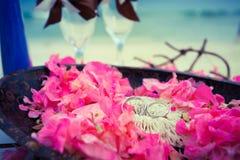 Alianças de casamento em uma cerca Fotos de Stock Royalty Free