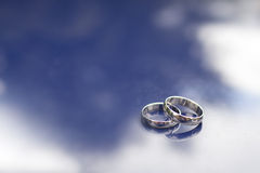Alianças de casamento em uma superfície brilhante Foto de Stock Royalty Free